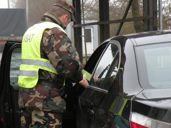 VSAT pareigūnas tikrina automobilio dokumentus