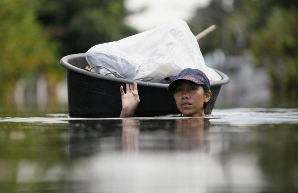 Tailando sostinė Bankokas skęsta potvynio vandenyse
