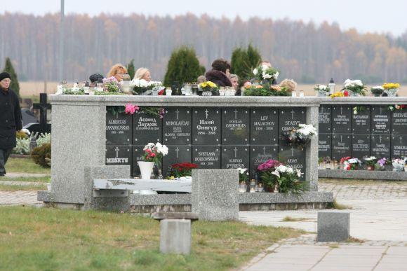 Gėlėmis apkaišytas ir pirmasis Lietuvoje kolumbariumas, stovintis Lėbartuose.