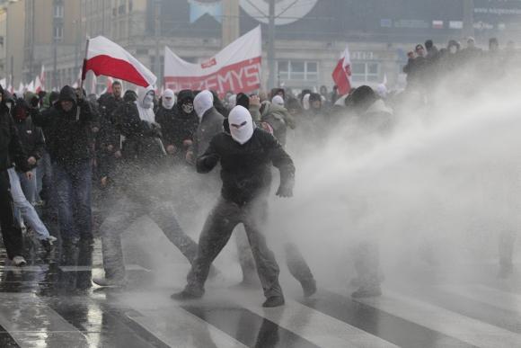 Lenkijos policija prieš demonstrantus panaudojo vandens patrankas.