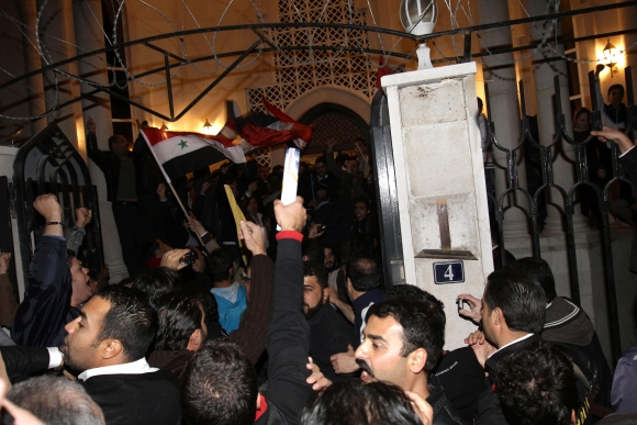 Basharą al Assadą palaikantys demonstrantai protestuoja prie Kataro ambasados Damaske.