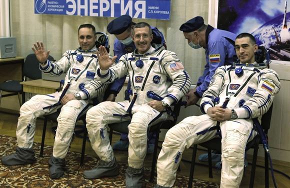 JAV astronautas Danielis Burbankas (centre), Rusijos kosmonautai Antonas Škaplerovas (kairėje) ir Anatolijus Ivanišinas