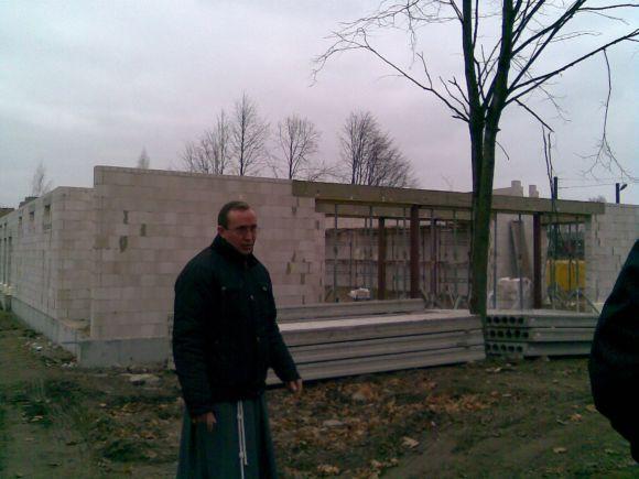 Klebonas aprodė šiuo metu vykstančias koplyčios statybas.