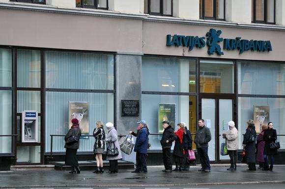 """Žmonių eilė prie """"Latvijas Krajbanka"""" bankomato"""