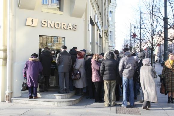 "Eilė prie ""Snoro"" Gedimino prospekte Vilniuje"