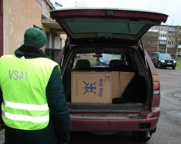 """""""Mitsubishi Montero Sport"""" bagažinėje pasieniečiai rado 5 dėžes, iš viso 2500 pakelių, cigarečių """"Saint George"""" su rusiškomis banderolėmis."""