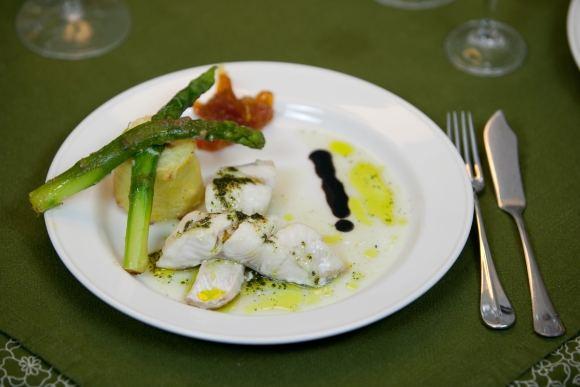 Eduardo Bareikos nuotr./Žuvis su bulvių putėsiu, žolelių padažu ir karamelizuotomis morkomis bei pankoliu