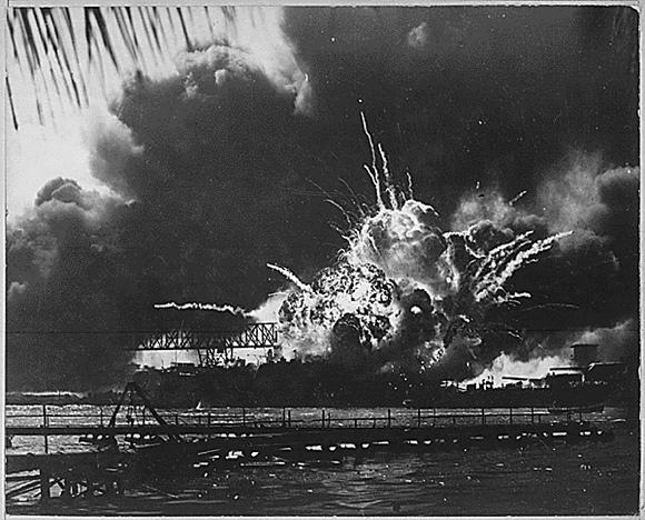 """JAV laivas """"Shaw"""" per japonų ataka Perl Harbore 1941 m. gruodžio 7 d."""