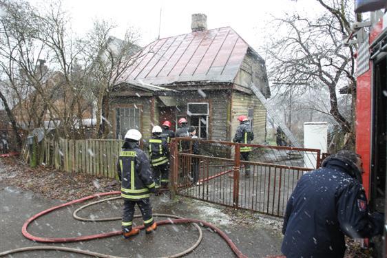 Salako gatvėje dega namas