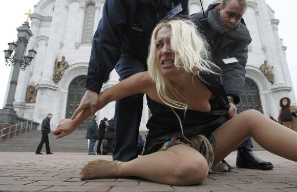 """Nuogą """"Femen"""" protestą nutraukė Maskvos policija"""