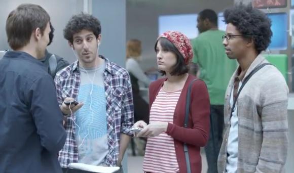 """""""Samsung"""" išleido dar vieną reklamą, kurioje pašiepia """"Apple"""" fanus."""