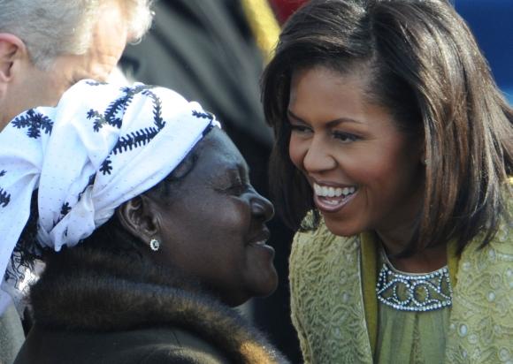 Baracko Obamos pamotė Kezia Obama (kairėje) susitiko su prezidento žmona Michelle per inauguracijos iškilmes.
