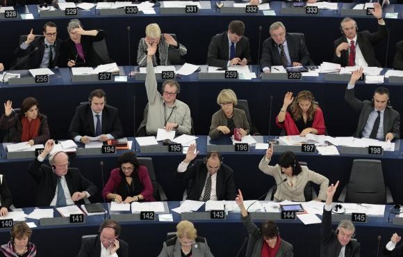 Europarlamentarai balsuoja.