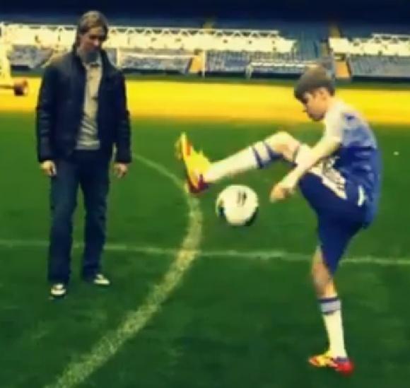 Justino Bieberio triukai su futbolo kamuoliu.