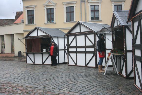 Teatro aikštėje stovintys kalėdinės mugės nameliai nevilioja nei prekybininkų, nei pirkėjų.