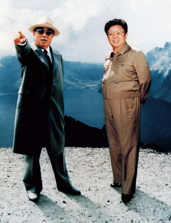 """""""Reuters""""/""""Scanpix"""" nuotr./Šiaurės Korėjos įkūrėjas Kim Il-Sungas (kairėje), su sūnumi Kim Jong-Ilu"""