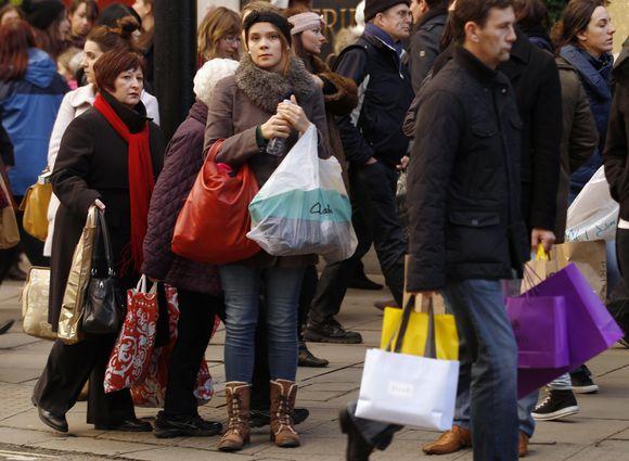 Žmonės plūsta į parduotuves