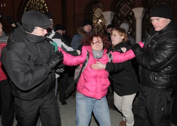 Neuniformuoti Baltarusijos milicininkai sulaiko protesto akcijos dalyvius.