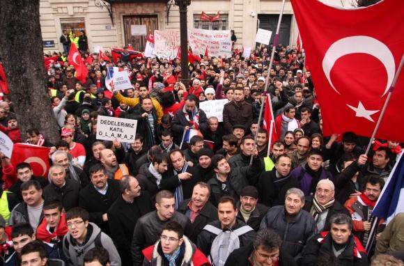 Protestuojantys Prancūzijos turkai susirinko prie parlamento rūmų Paryžiuje.