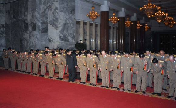 Kim Jong Unas (centre) prie tėvo karsto