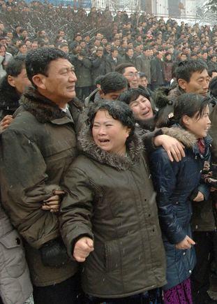 """""""Reuters""""/""""Scanpix"""" nuotr./Į laidotuves susirinkę žmonės gedi Šiaurės Korėjos lyderio Kim Jong Ilo."""