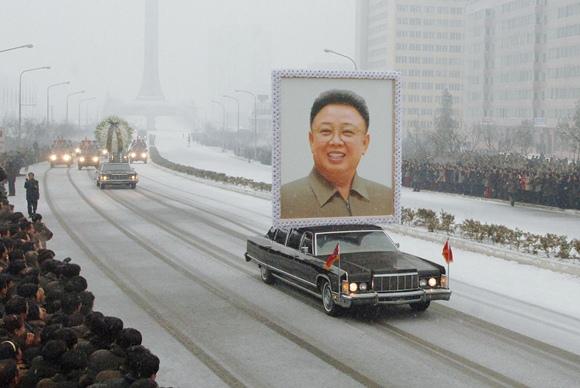 Šiaurės Korėjos lyderio Kim Jong Ilo portretas ant automobilio