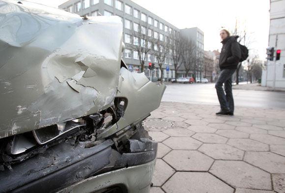 A.Mickevičiaus g. paliktas sudaužytas automobilis.