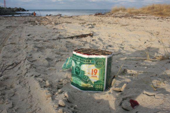 Paplūdimiuose liko tuščios pakuotės nuo fejerverkų.