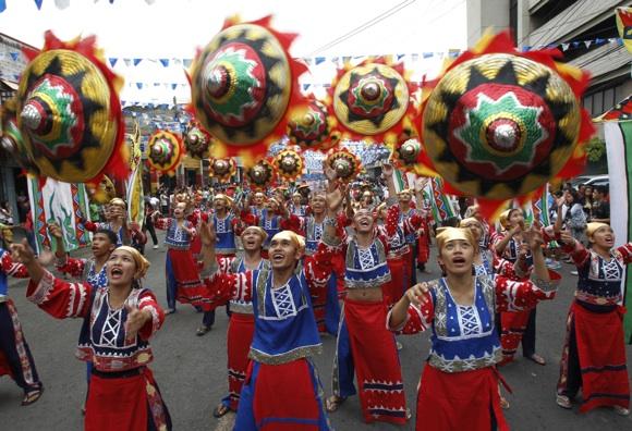 Derliaus festivalis Filipinuose. Daugelyje pasaulio šalių senovėje Nauji metai asociavosi su derliaus nuėmimu
