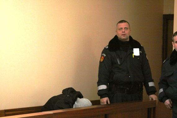 Įtariamasis krepšininko brolio nužudymu slėpė savo veidą.