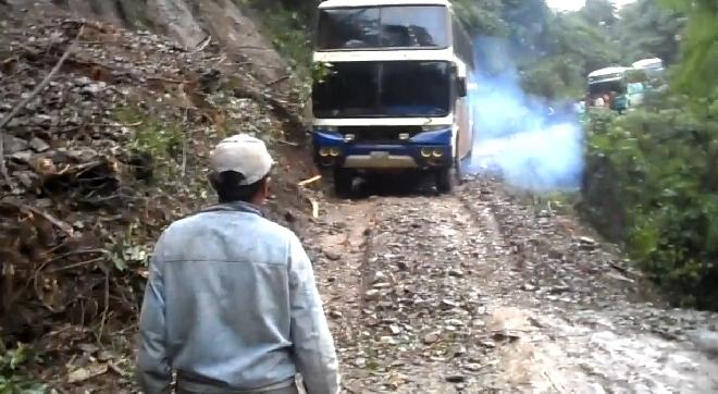 Siauru keliu Mirties keliu važiuojantis autobusas