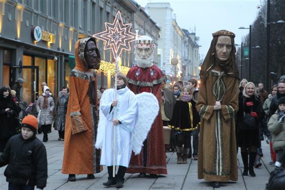 Tris karalius į Rotušės aikštę lydėjo gausus kauniečių būrys
