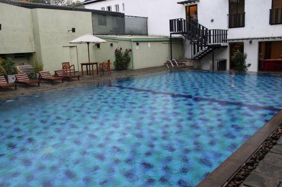 D.Kinderio nuotr./Įspūdingas, nors ir mažas baseinas, kuriame teko plaukioti per lietų ir perkūniją Kandy mieste, `ri Lanka.