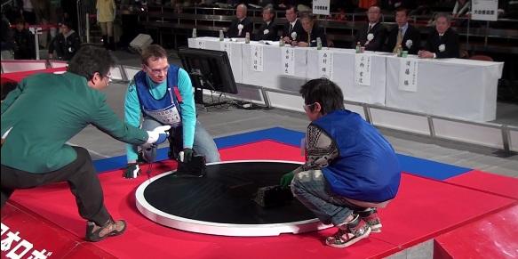 Klaipėdietis Vitalijus Rodnovas savo sukonstruoto roboto jėgas išbandė ir Japonijos ringe.