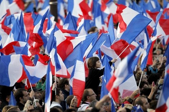Reuters/Scanpix nuotr./Prancūzai mojuoja savo aalies vėliavėlėmis
