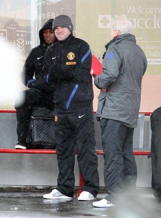 Scanpix/EMPICS nuotr./Wayne'as Rooney ir Ashley Youngas traukinių sttoyje pakeliui į Londoną