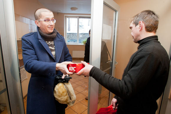 Juliaus Kalinsko/15 minučių nuotr./Aleksandras Pogrebnojus su bičiuliais aplankė Vilniaus nakvynės namus