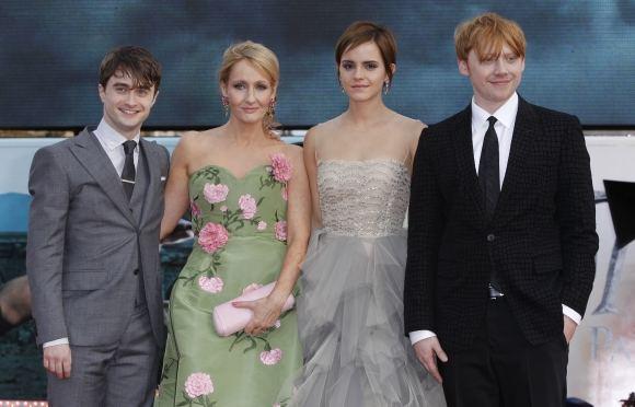 Scanpix nuotr./J.K.Rowling su aktoriais, suvaidinusiais jos knygų personažus: Danieliu Radcliffe'u, Emma Watson ir Rupertu Grintu
