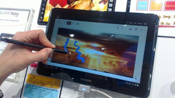 """Planšetinį kompiuterį """"Samsung Galaxy Note 10.1"""" galima valdyti ne tik ekraną liečiant pirštais, bet ir specialiu elektroniniu rašikliu."""