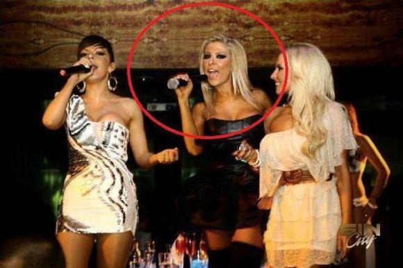 Facebook nuotr./Viena merginų pamirao, kaip teisingai laikyti mikrofoną.