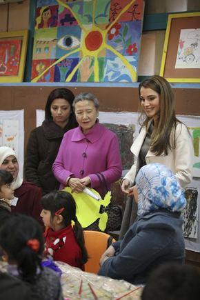 Jordanijos karalienė Rania kartu su JT sekretoriaus Ban Kim Moono žmona lanko vaikų namus