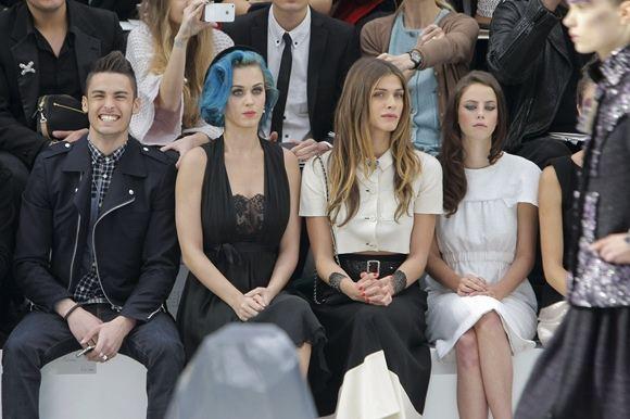 AP/Scanpix nuotr./Modelis Baptiste'as Giacobini, dainininkė Katy Perry, italų aktorė Elisa Sednaoui ir britų aktorė Kaya Scodelario