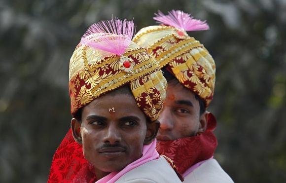 Reuters/Scanpix nuotr./Jaunikiai su tradiciniais apdarais