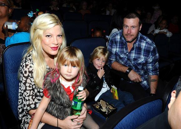AFP/Scanpix nuotr./Tori Spelling su aeima  vyru Deanu McDermottu ir vaikais Stella bei Liamu