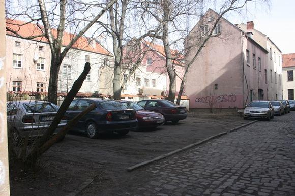 Aurelijos Kripaitės/15min.lt nuotr./Klaipėdos senamiesčio gyventojų kiemai vidudienį ia tiesų pilni automobilių.