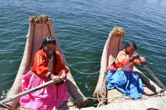 Greitgrisim.lt nuotr./Vietinių valtį irkluoja moterys