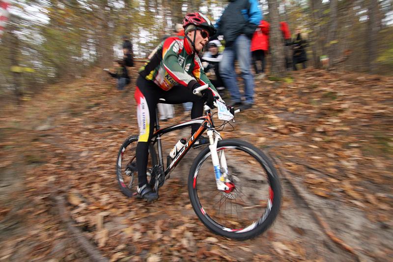 Kalnų dviračių varžybų akimirka