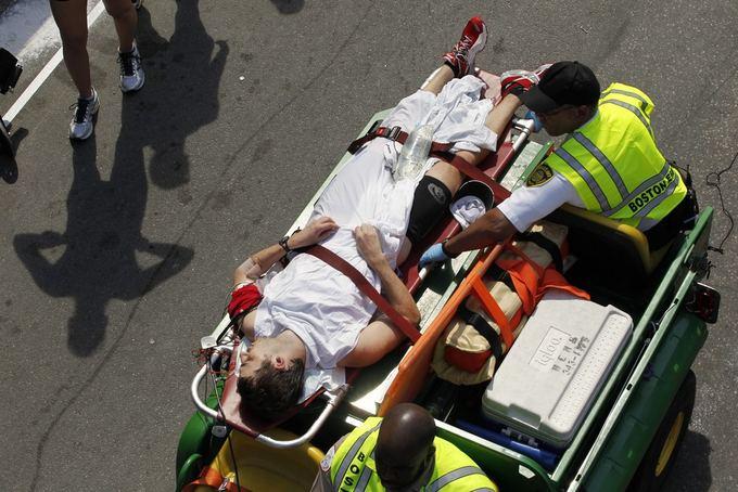 Reuters/Scanpix nuotr./Medikai iavežė nualpusi Bostono maratono dalyvį.