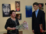 Deniso Lopatino karikatūra/Karikatūristas Denisas Lopatinas ir muziejaus direktorė Tatjana Bykoviec, nukabinusi politines karikatūras