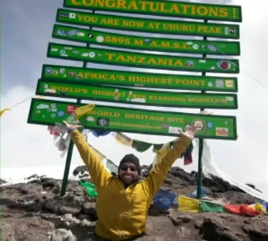Kadras iš video/Kanadietis tik rankų ir savo valios pastangomis pasiekė Kilimandžaro viršūnę